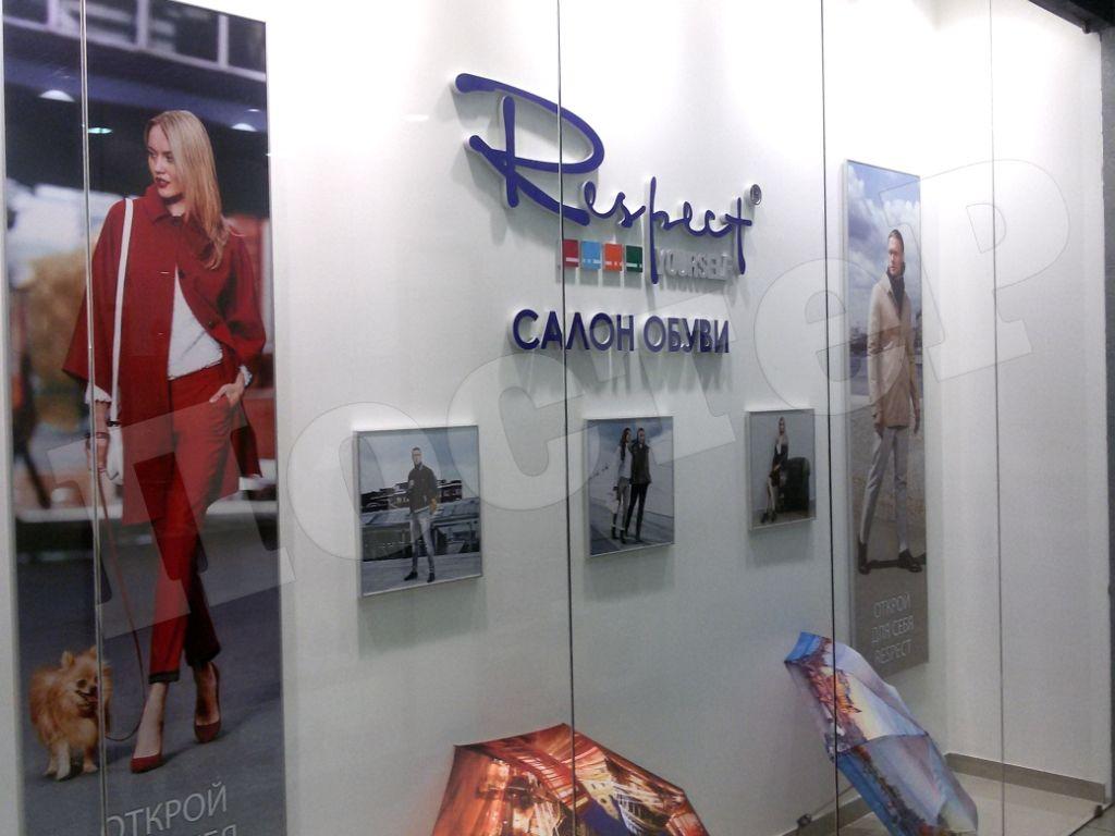 Имиджевые постеры-планшеты на стене салона обуви